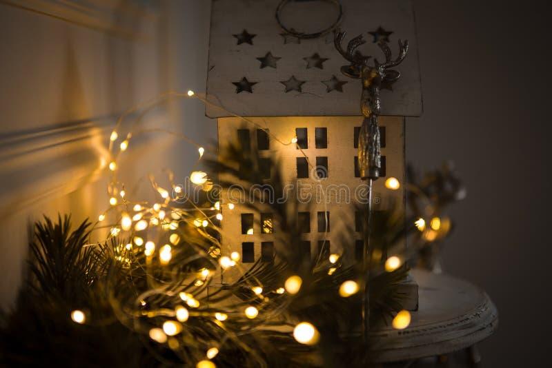 Boże Narodzenia i nowego roku wnętrze, dekoracje w postaci domów z girlandą fotografia stock