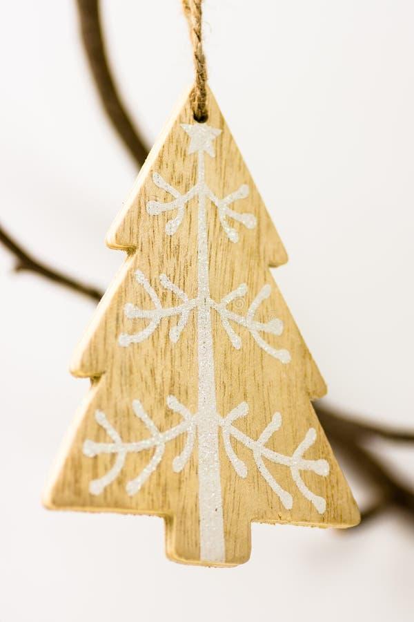 Boże Narodzenia i nowy rok dekoracja, drewniany handmade jedlinowy drzewo robić z białym ornamentu obwieszeniem na suchej gałąź zdjęcia stock