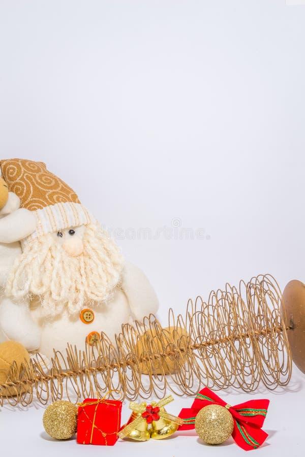 Boże Narodzenia i nowy rok dekoracja na nieociosanej starej drewnianej desce kantują zdjęcie royalty free