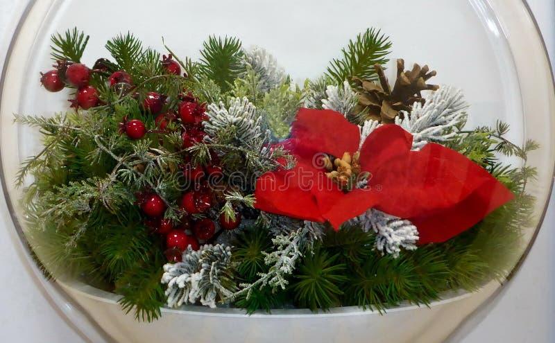 Boże Narodzenia i nowy rok instalacja z czerwonym kwiatem obraz stock