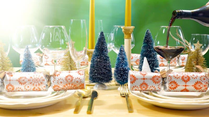 Boże Narodzenia jedzą lunch stół w nowożytnym złocie, groszaku i białym temacie, ogrodowy położenie obraz royalty free