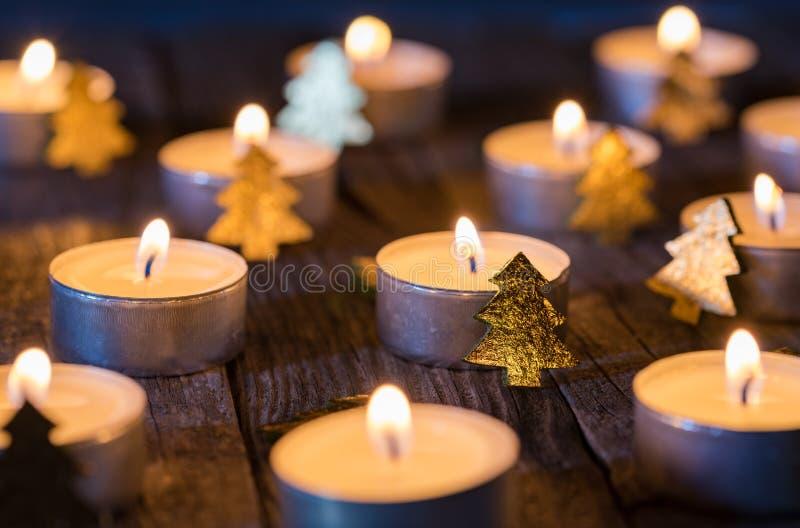 Boże Narodzenia lub nastanie świeczki z ornamentami na drewnianym tle zdjęcia stock