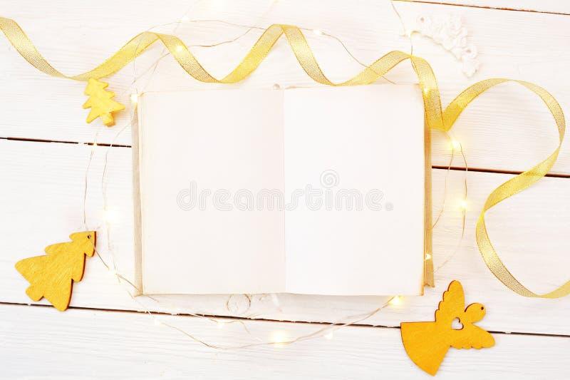 Boże Narodzenia lub nowego roku ramowy skład mockup książkowe i złote boże narodzenie dekoracje na drewnianym tle wakacje obraz royalty free