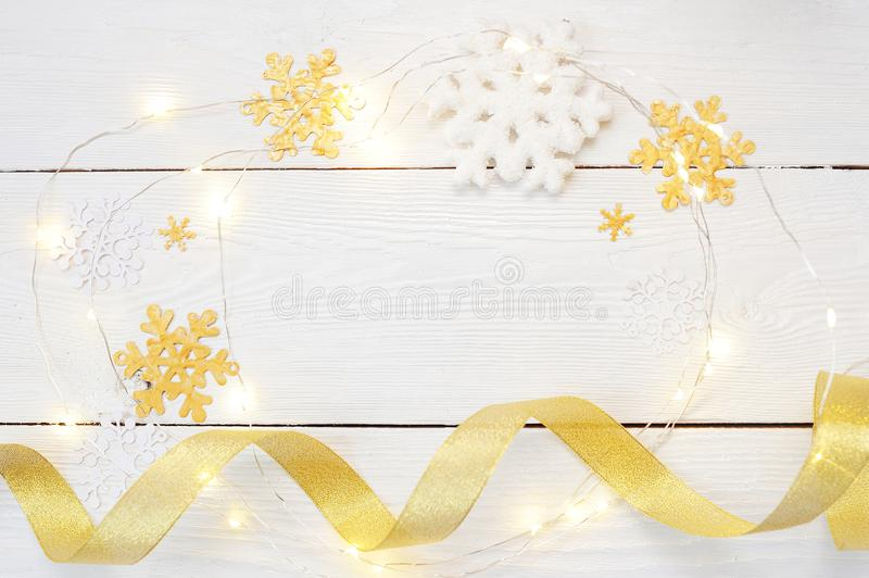 Boże Narodzenia lub nowego roku skład boże narodzenie dekoracje w złocistych kolorach na białym tle i prezenty Wakacje i zdjęcia stock