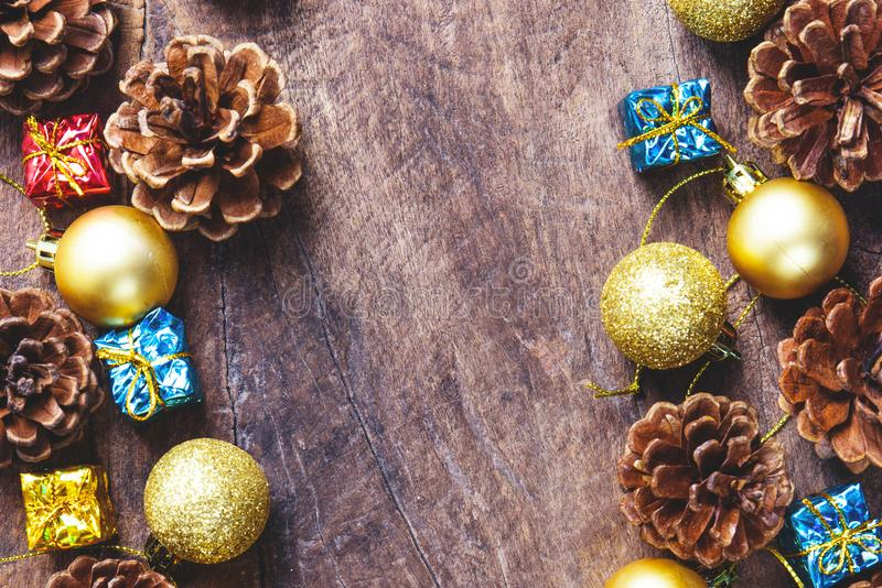 Boże Narodzenia lub nowego roku tło z sosnowymi rożkami, prezenta pudełko, złoty zdjęcia royalty free
