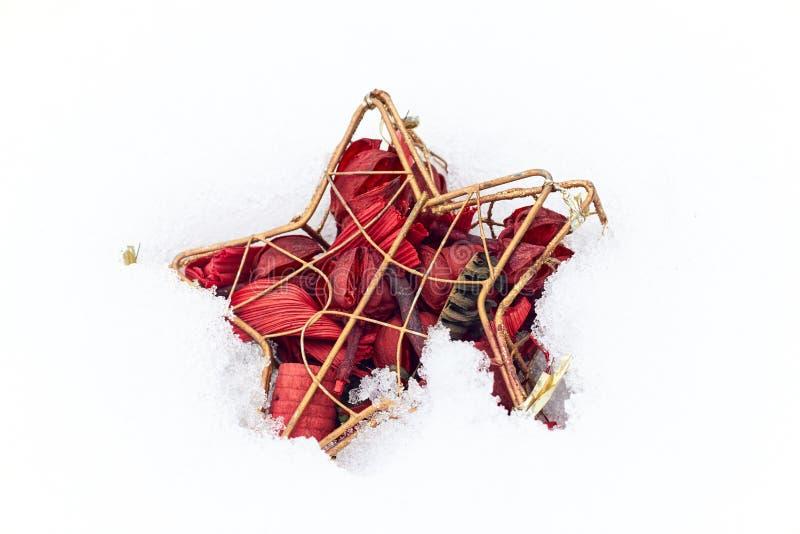 Boże Narodzenia lub nowy rok czerwieni gwiazdy drzewna dekoracja na białym śnieżnym tekstury tle fotografia stock
