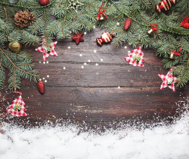 Boże Narodzenia lub nowy rok dekoraci tło: drzewo gałąź kolorowe szklane piłki i połyskiwać gwiazdy na drewnianym, fotografia royalty free