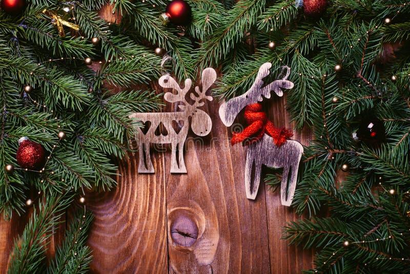Boże Narodzenia lub nowy rok dekoraci tło: drzewo rozgałęzia się, rogacz, kolorowe szklane piłki na grunge tle z kopii przestrzen zdjęcia royalty free
