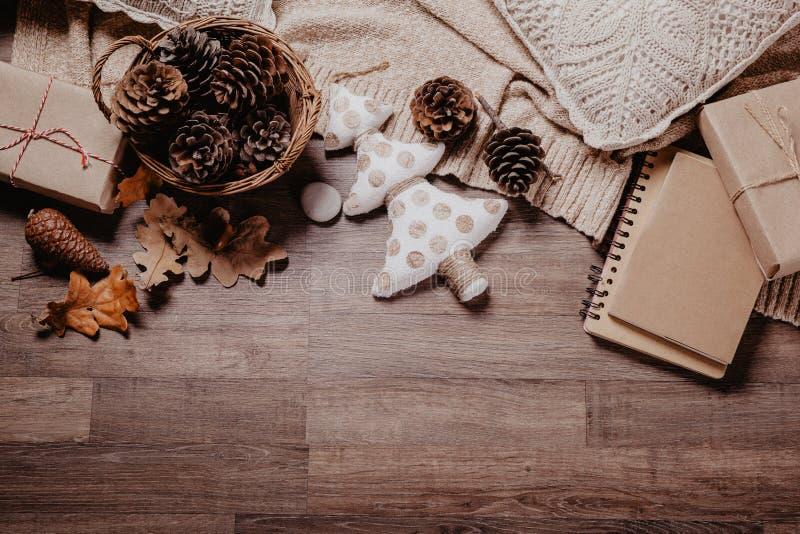 Boże Narodzenia lub nowy rok prezenty Wakacyjny wystroju pojęcie Stonowany obrazek Odgórny widok obraz stock