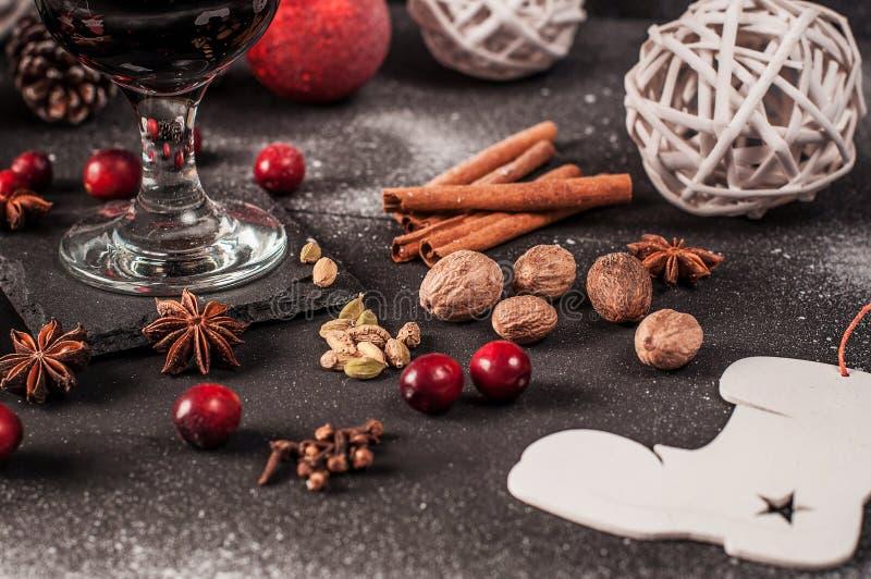 Boże Narodzenia, nowy rok, cynamon, anyż, tło zdjęcie royalty free