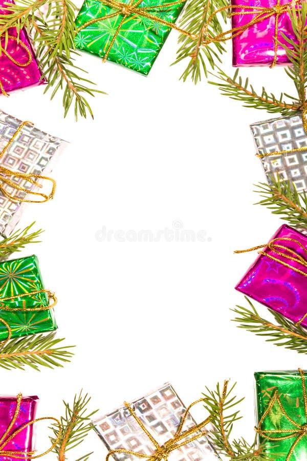 Boże Narodzenia obramiają skład z prezentów pudełkami i opróżniają prześcieradło papier w centrum, jodeł gałąź, pionowo zdjęcia stock