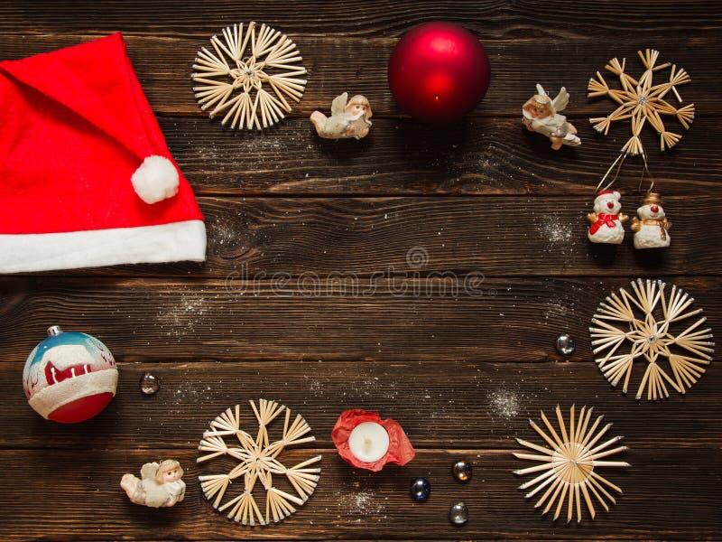 Boże Narodzenia obramiają z ornamentami, dekoracje i baubles, snowf fotografia stock