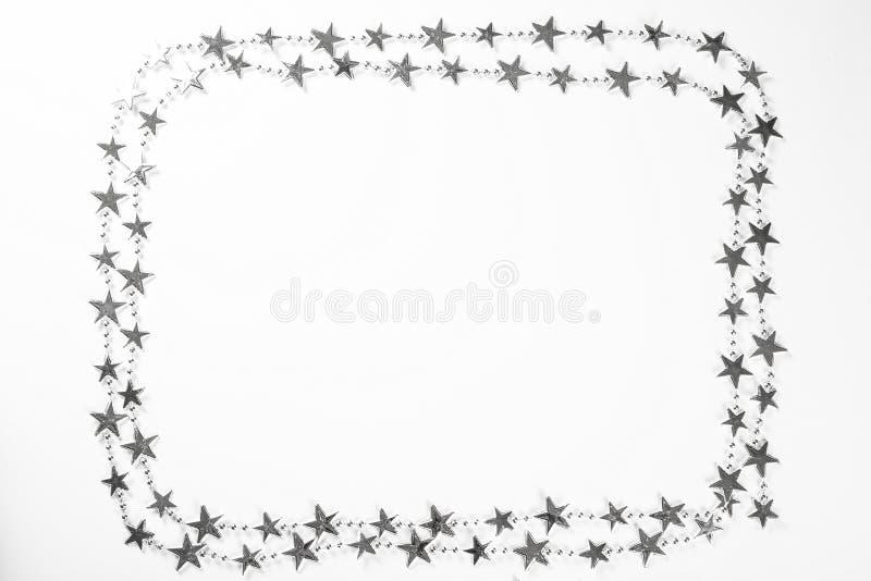 Boże Narodzenia obramiają z srebnymi gwiazd dekoracjami na białym tle zdjęcie stock