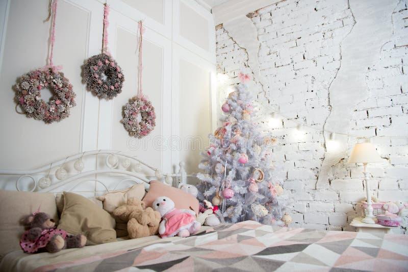 Boże Narodzenia Piękny dekorujący pokój z drzewem i zabawkami szczęśliwego nowego roku, Ranek przed Xmas Nowego Roku wakacje weso obrazy stock
