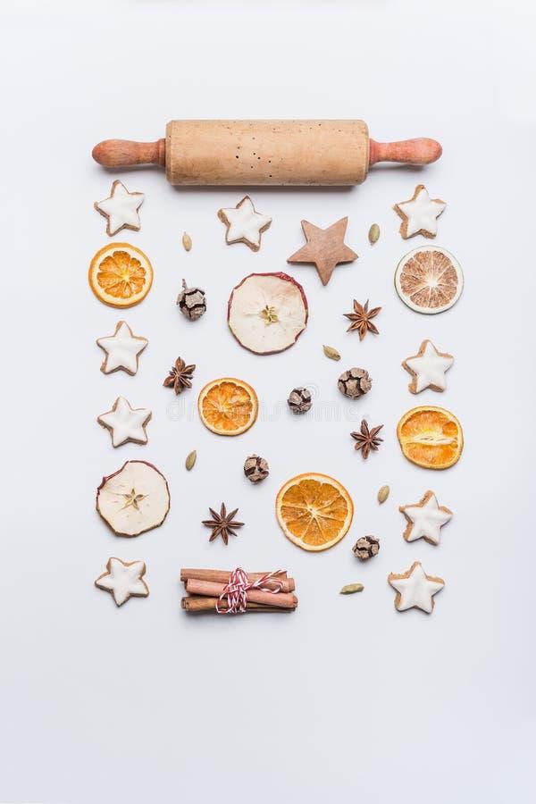 Boże Narodzenia piec mieszkanie nieatutowego skład z toczną szpilką, gwiazdowymi ciastkami, wysuszonymi owoc i pikantność na biał zdjęcia stock