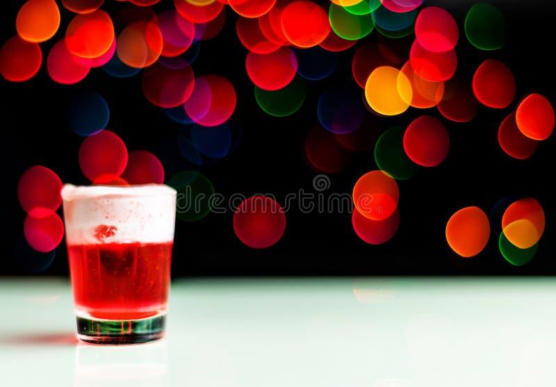 Boże Narodzenia piją strzał w strzału szkle na bokeh tle, Bożenarodzeniowa dekoracja na barze, xmas przyjęcie zdjęcia royalty free