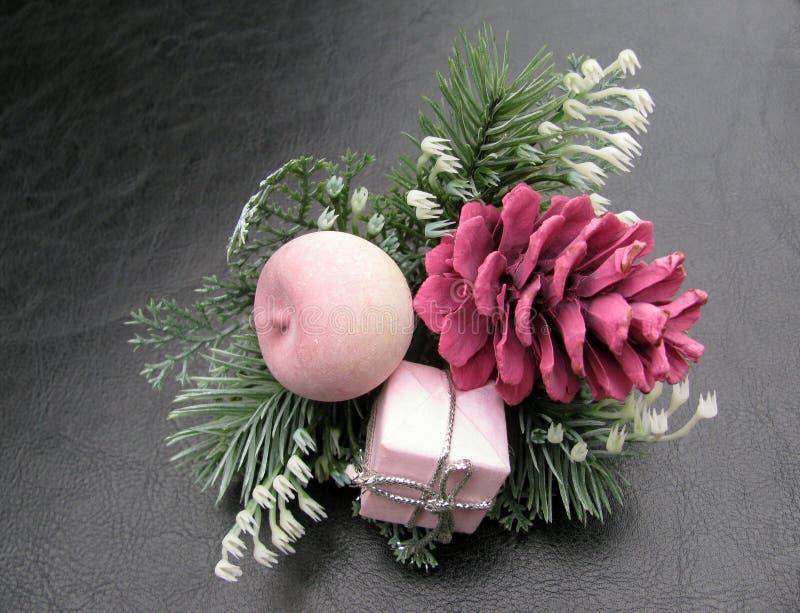 Boże Narodzenia różowią sosen szyszkowe dekoracje zdjęcie stock