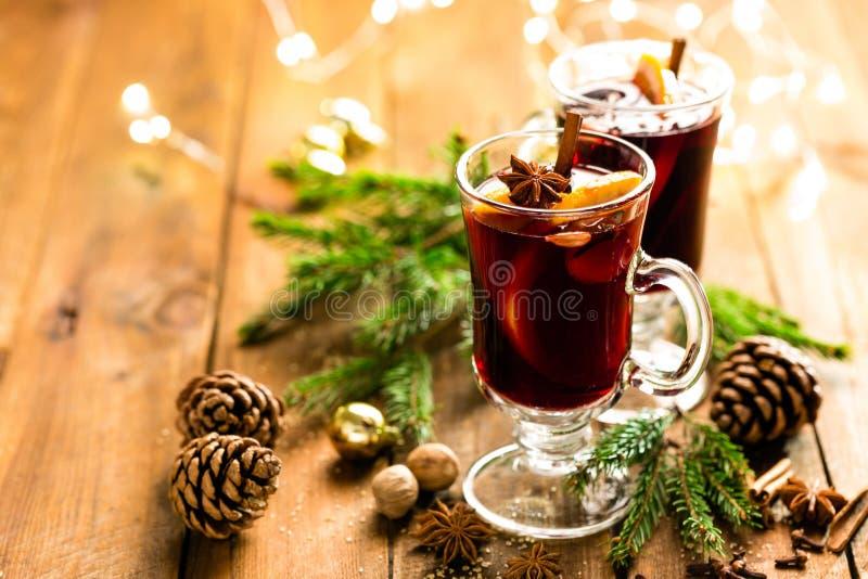 Boże Narodzenia rozmyślali czerwone wino z pikantność i pomarańczami na drewnianym wieśniaka stole Tradycyjny gorący napój przy b fotografia royalty free