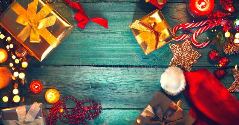 Boże Narodzenia Santa ` s prezenty na zielonym drewnianym stole obrazy stock