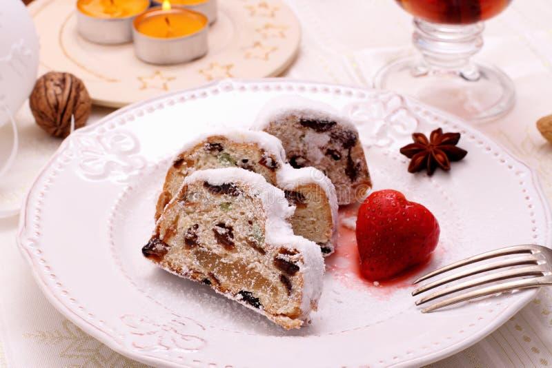 Boże Narodzenia stollen tort z truskawką obrazy stock