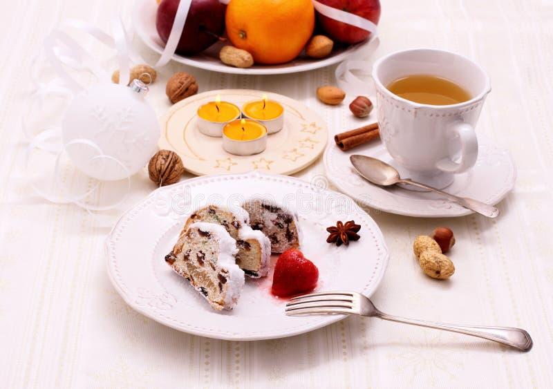 Boże Narodzenia stollen tort z zimy herbatą zdjęcie stock