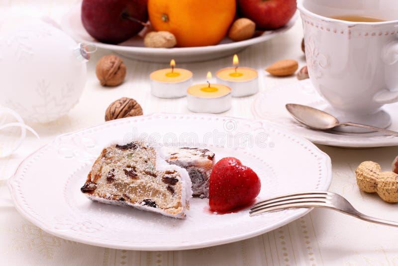 Boże Narodzenia stollen tort z zimy herbatą zdjęcie royalty free