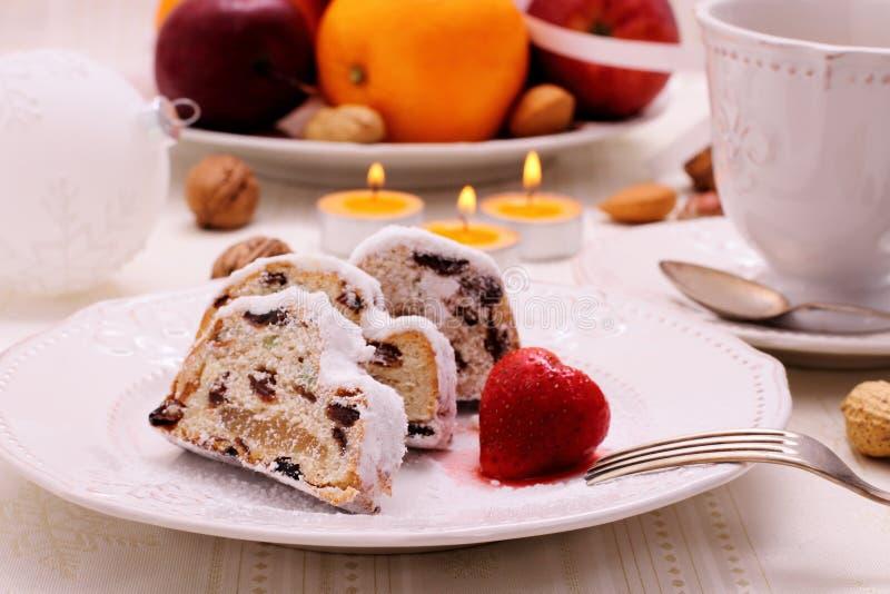 Boże Narodzenia stollen tort z zimy owoc zdjęcie royalty free