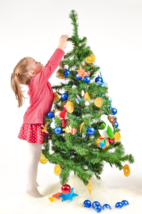 boże narodzenia target1316_0_ małego dziewczyny drzewa zdjęcia royalty free