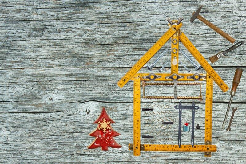 Boże Narodzenia w niedawno budującym domu Prezent na wigilii Hipoteka budować dom tła błękitny budynku budowy szklany nowy niebo  fotografia stock