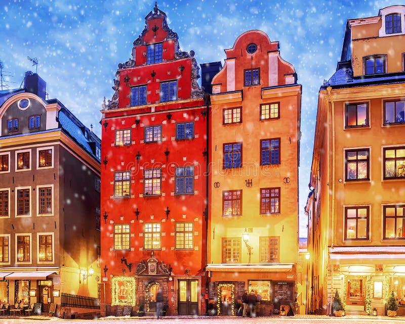 Boże Narodzenia w Sztokholm Starzy kolorowi domy na kwadratowym Stortorget w Gamla Stan zdjęcie stock