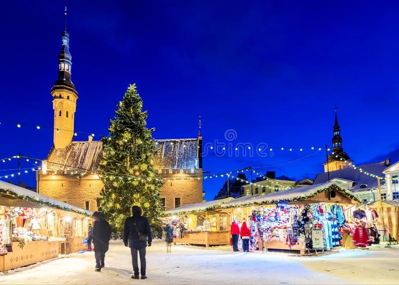 Boże Narodzenia w Tallinn Wakacje rynek przy urzędu miasta kwadratem obraz stock