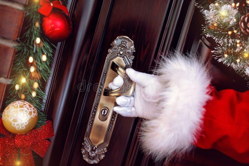 Boże Narodzenia, wakacje i ludzie pojęć, Przyjeżdżają Święty Mikołaj fotografia royalty free