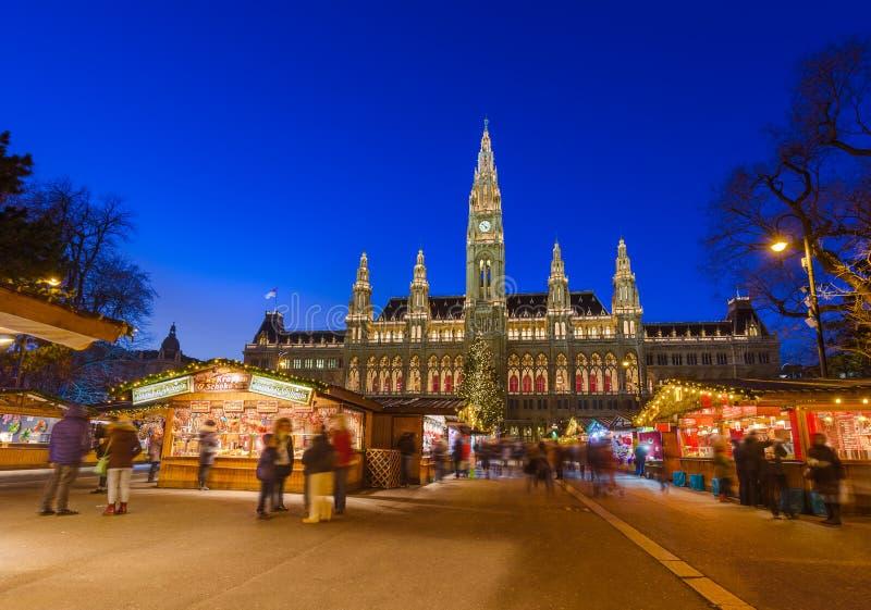 Boże Narodzenia Wprowadzać na rynek blisko urzędu miasta w Wiedeń Austria obraz stock