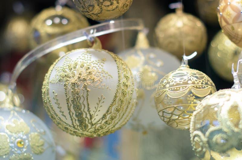 Boże Narodzenia wprowadzać na rynek dekorację - delikatne szklane piłki zdjęcia stock