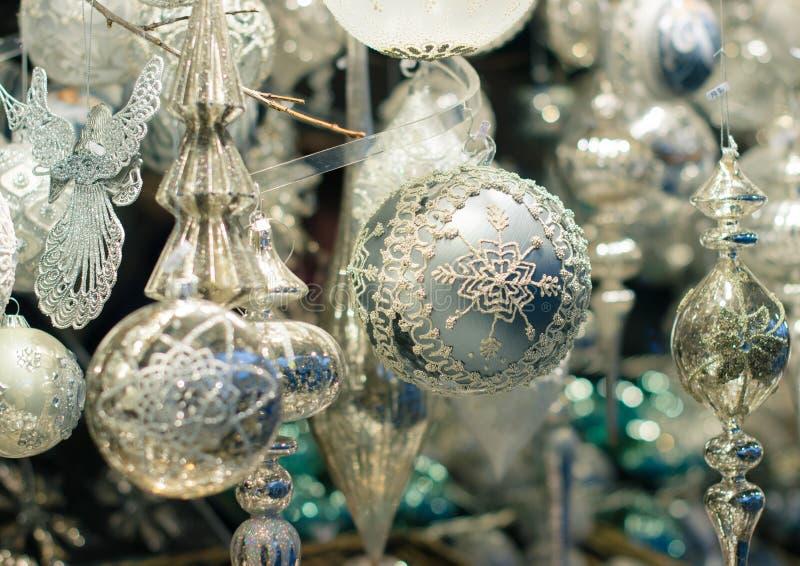 Boże Narodzenia wprowadzać na rynek dekorację - delikatne szklane piłki fotografia royalty free