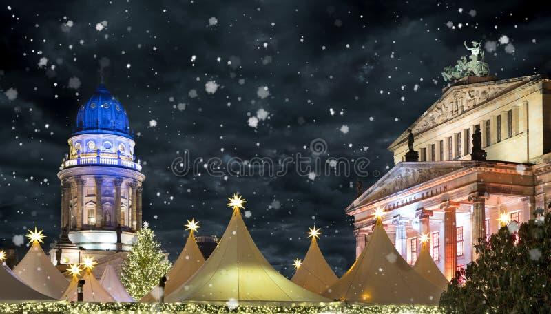Boże Narodzenia wprowadzać na rynek przy Berlińskim Gendarmenmarkt nocą z śniegiem zdjęcie stock