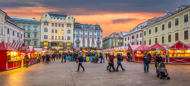 Boże Narodzenia wprowadzać na rynek w Bratislava głównym placu przy półmrokiem, Sistani zdjęcie stock