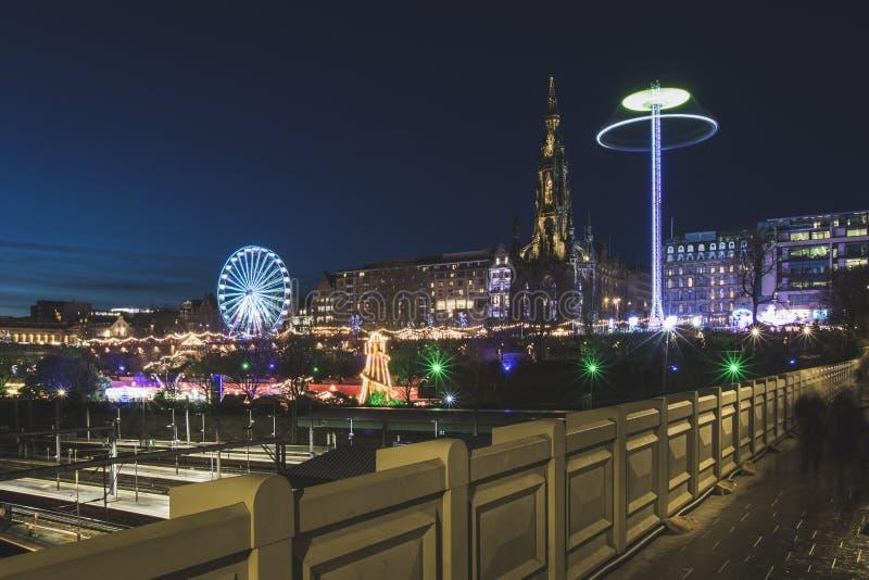 Boże Narodzenia wprowadzać na rynek w Edynburg i Walter Scott zabytku przy nocą fotografia royalty free