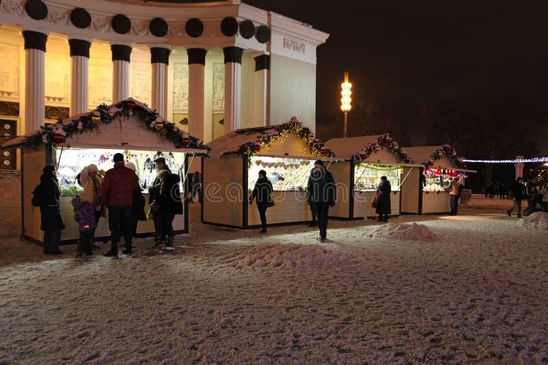 Boże Narodzenia wprowadzać na rynek w Moskwa nocą VVC (poprzedni HDNH) obraz stock