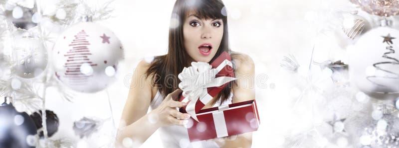 Boże Narodzenia zaskakiwali kobiety otwarcia prezenta teraźniejszości pudełko na bożych narodzeniach zdjęcia stock