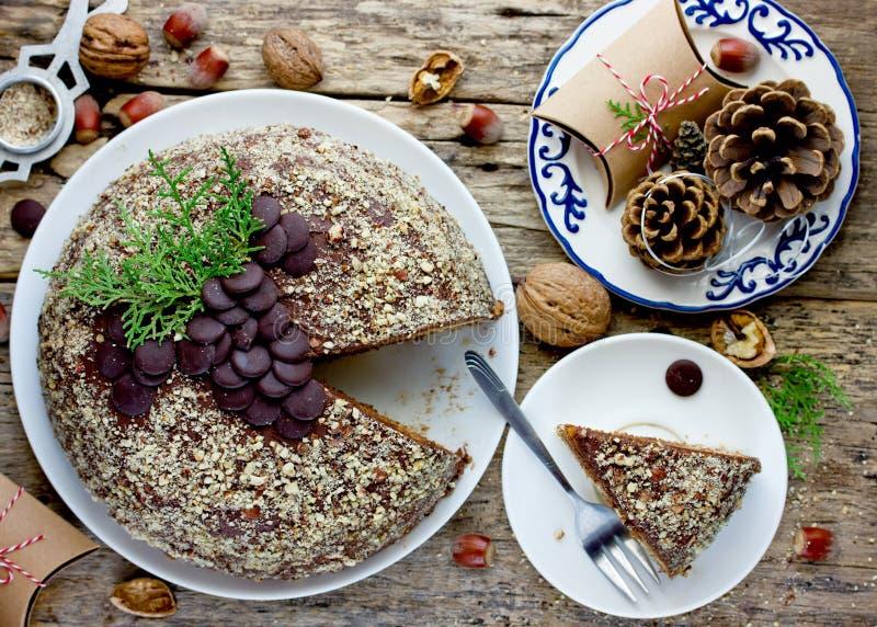 Boże Narodzenia zasychają, domowej roboty warstwa tort z czekoladą i dokrętki zdjęcia royalty free