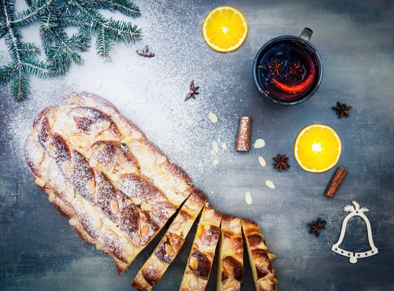 Boże Narodzenia zasychają vanocka z gorący wino pokrajać pikantność na tha szarość stole i pomarańcze fotografia stock