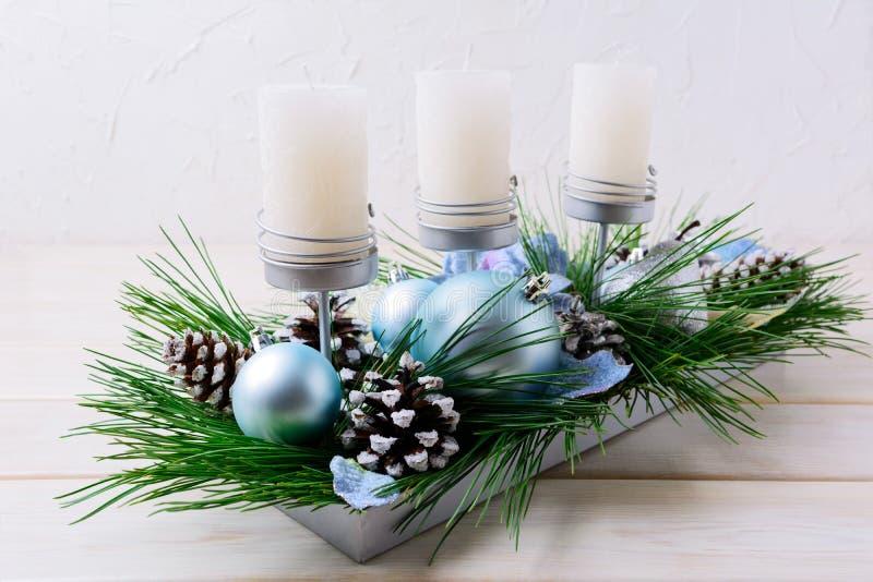 Boże Narodzenia zgłaszają centerpiece z świeczkami i błękitów ornamentami zdjęcia stock