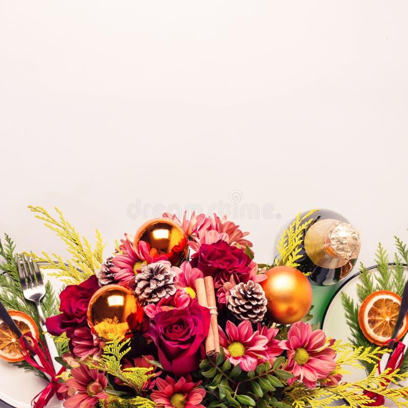 Boże Narodzenia zgłaszają położenie dekorującego z bukietem kwiaty i suszą pomarańcze, sprigs tuja zdjęcia royalty free