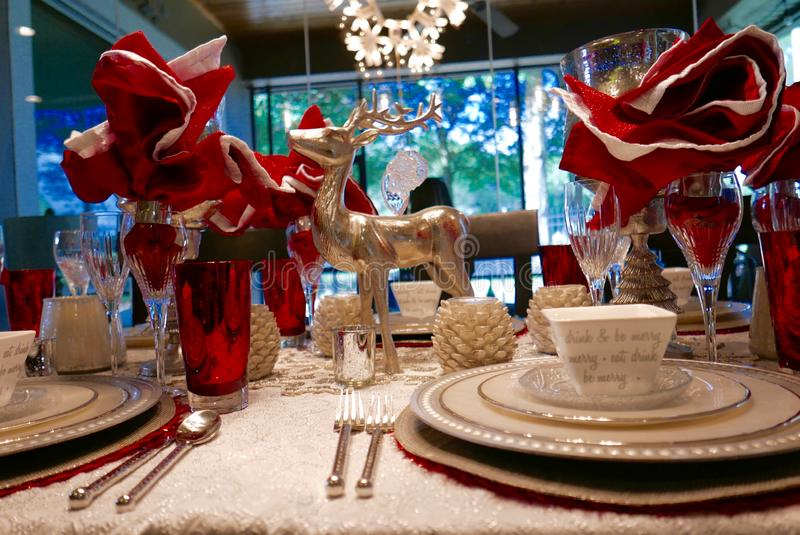 Boże Narodzenia zgłaszają położenie z reniferową figurką zdjęcia royalty free