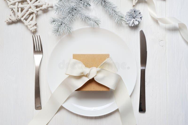 Boże Narodzenia zgłaszają położenie z rocznika prezentem na białym drewnianym stole Kartka bożonarodzeniowa szablon z przestrzeni zdjęcia royalty free