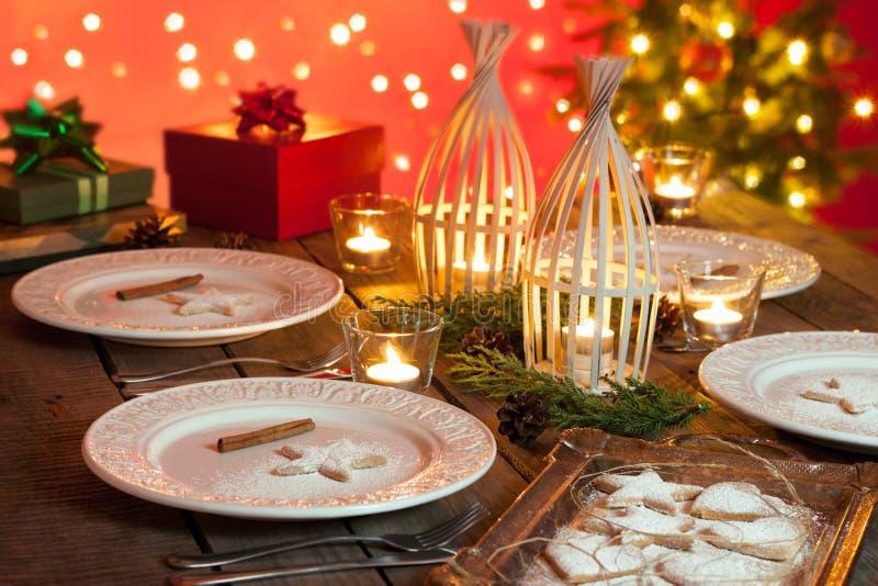 Boże Narodzenia zgłaszają położenie z wieśniaka stylu dekoracjami zdjęcie stock