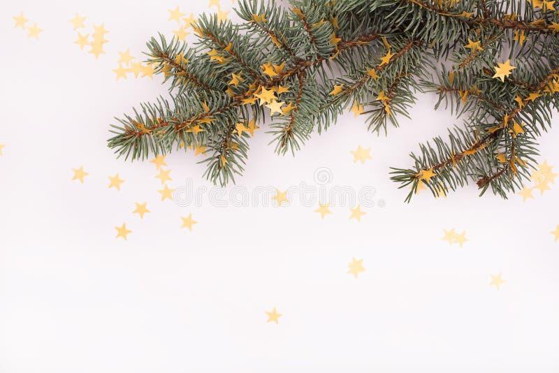 Boże Narodzenie dekorujący drzewo nad bielem fotografia royalty free