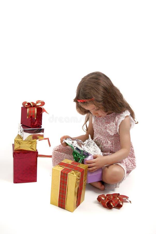 boże narodzenie dziewczyna otwarcie jej małe teraźniejszość obrazy stock