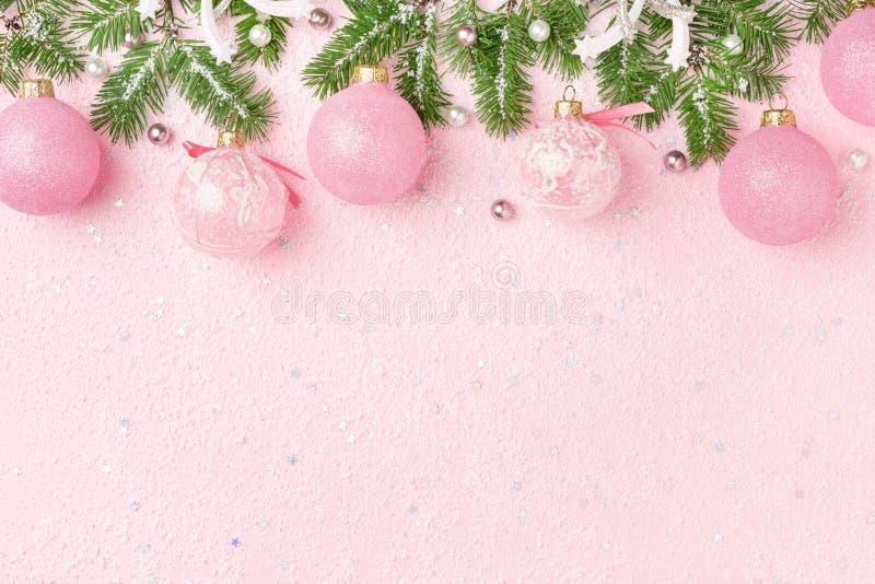 Boże Narodzenie granica nowy rok ornamentuje jodłę na różowym tle obraz stock